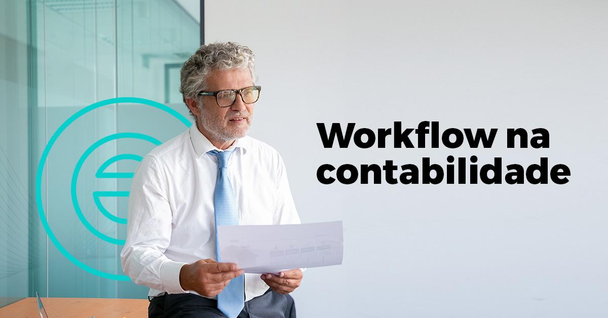 Homem segurando uma folha no escritório